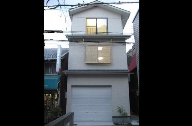 京都の町並みに調和する3階建